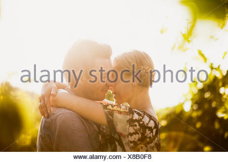 Italie, Toscane, Portrait of mature couple embracing Banque D'Images