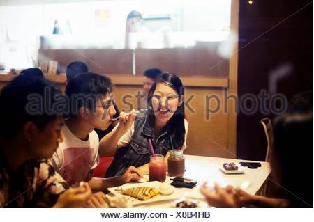Friends eating dessert in cafe Banque D'Images
