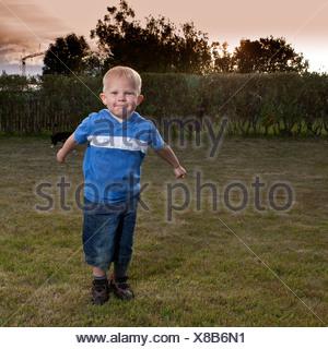 Jeune garçon jouer dehors Banque D'Images