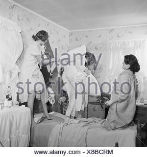 Quatre jeunes femmes body glamour dans la chambre Banque D'Images