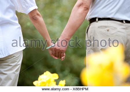 Senior couple main dans la main Banque D'Images