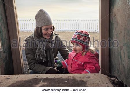 Mère et fille jouer dehors Banque D'Images
