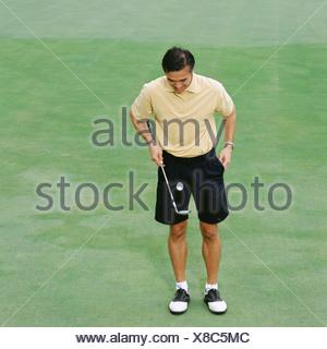 Male golfer sur vert Banque D'Images