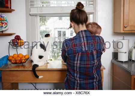 Vue arrière du mother holding sleeping baby boy Banque D'Images
