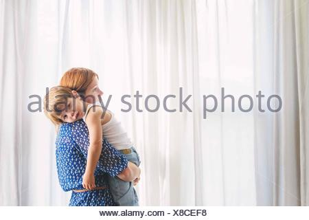Portrait d'une mère portant son fils Banque D'Images