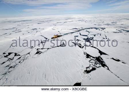 Brise-glace dans la banquise antarctique Banque D'Images