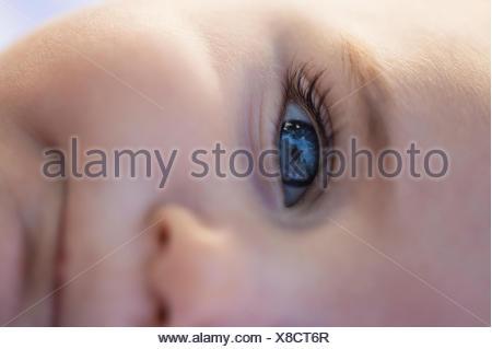 La fermeture du bébé garçon (6-11 mois) blue eye Banque D'Images