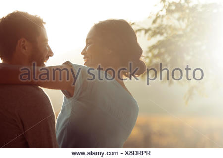 Couple hugging outdoors Banque D'Images
