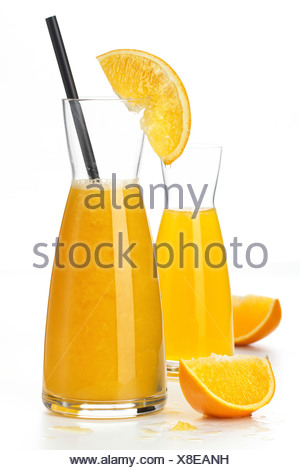 Le jus d'orange et des fruits orange segments sur fond blanc Banque D'Images