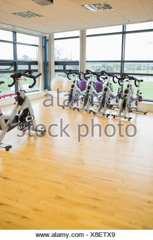 Spinning vélos d'exercice dans la salle de sport Banque D'Images