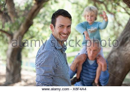 Trois générations d'hommes de détente en plein air Banque D'Images