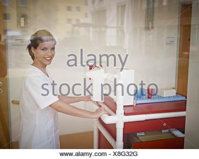 Allemagne, Cologne, gardien de la médecine avec le chariot de nursing home Banque D'Images