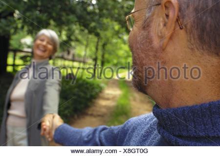 Couple dans le parc Banque D'Images