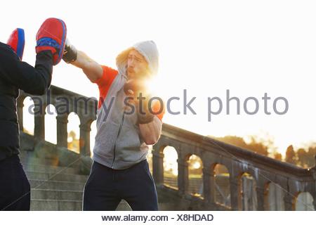 Jeune homme de la formation aux enseignants de boxe Banque D'Images