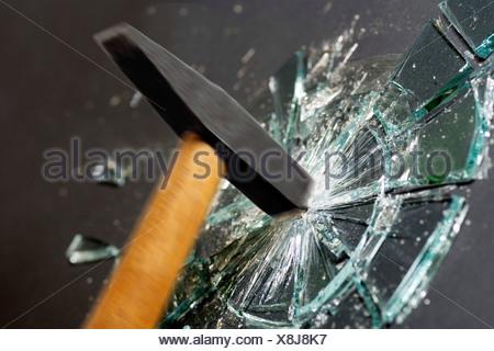Plaque de verre détruisant marteau Banque D'Images