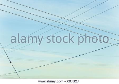 Les lignes de passage criss crossing dans l'air à Belridge en Californie