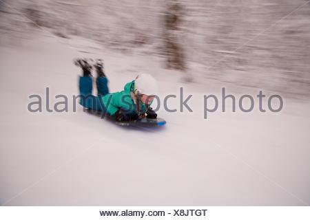 Une jeune fille portant un casque de descente en luge. Banque D'Images