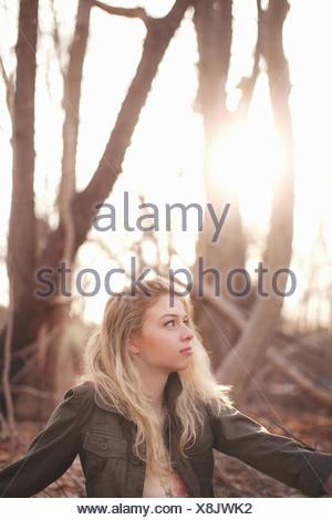 Femme dans la forêt Banque D'Images