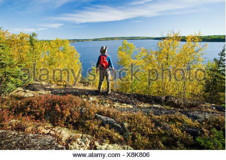 Randonneur sur Devil Lake, Nord de la Saskatchewan, Canada Banque D'Images