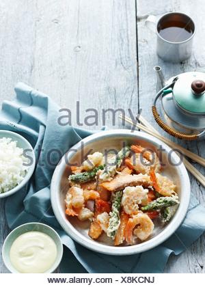 Bol de riz avec des fruits de mer tempura Banque D'Images