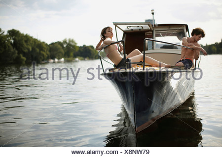 Allemagne, Berlin, Young couple on motor yacht Banque D'Images