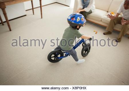 Garçon apprendre à faire du vélo location, high angle