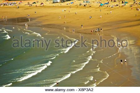 Vagues se brisant sur la plage de Scarborough, Scarborough, Yorkshire, Angleterre, Royaume-Uni Banque D'Images