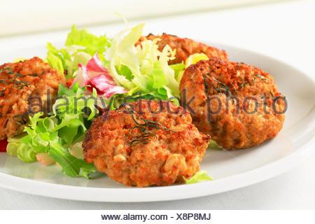 Les burgers de légumes frits avec une salade verte Banque D'Images