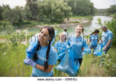 Les bénévoles transportant des sacs à ordures dans la zone Banque D'Images