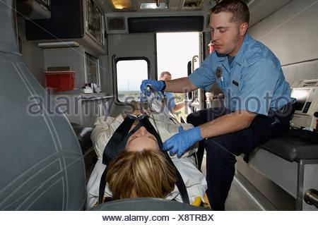 Prendre soin de paramédic victime en ambulance Banque D'Images