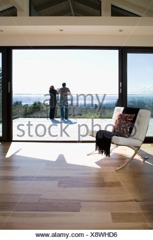 Couple sur balcon Banque D'Images