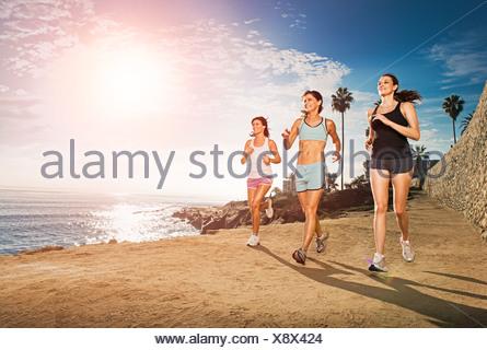 Les femmes adultes au milieu du jogging le long de falaise Banque D'Images