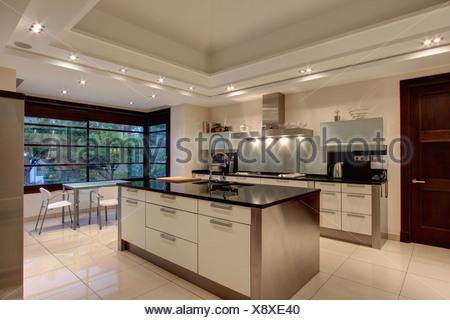 L 39 clairage vers le bas sur le faux plafond dans la cuisine espagnole moderne en acier - La cuisine espagnole expose ...