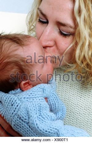 Mère embrassant bébé Banque D'Images