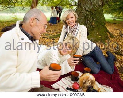 Allemagne, Bade-Wurtemberg, montagnes souabes, Three generation family having picnic in forest Banque D'Images