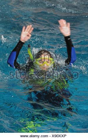 Plongée sous marine sur la surface de l'eau chaude, de signalisation de détresse Banque D'Images