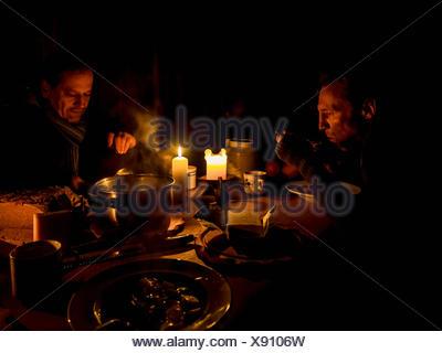 Deux hommes en train de dîner sur la table Banque D'Images