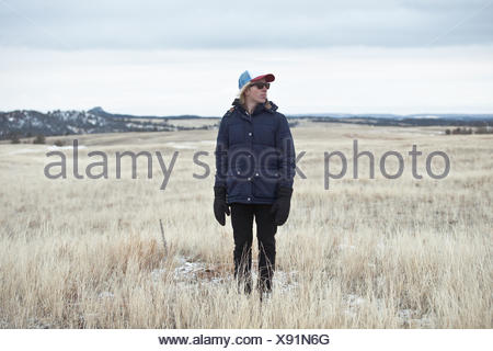 Young man standing in field Banque D'Images