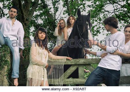 Portrait de six jeunes adultes et cheval à Forest gate Banque D'Images