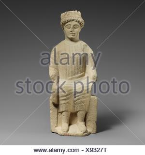 Statuette en pierre calcaire d'un homme imberbe votary assis. Période: Classical; Date: 2ème moitié du 5ème siècle avant J.C, Culture: moyen; chypriote: pierre calcaire;