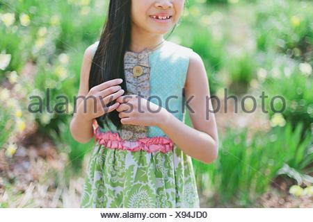 Girl (8-9) en jouant avec un sèche Banque D'Images