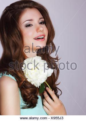 La fraîcheur. Fleur de pivoine avec Happy Woman Smiling Banque D'Images