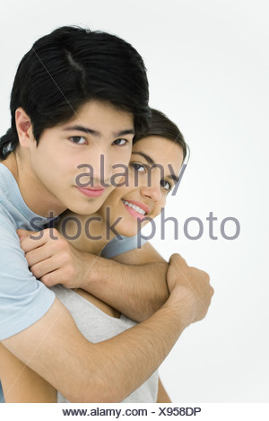 Young couple smiling at camera, portrait, Banque D'Images