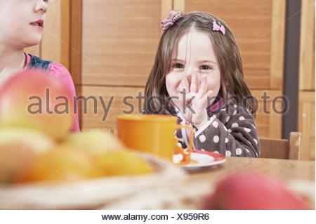 Le petit déjeuner des enfants en garderie, Kottgeisering, Bavaria, Germany, Europe Banque D'Images
