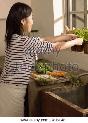 Woman preparing food Banque D'Images
