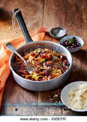 Spaghettis aux saucisses italiennes et olives de Ligurie Banque D'Images