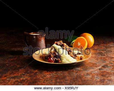 Le pudding de Noël avec la liqueur et sauce à l'orange sur la plaque d'or, les oranges, vintage pot de sauce
