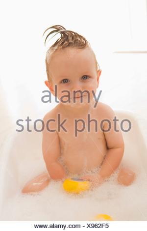 Bébé dans un bain de mousse Banque D'Images