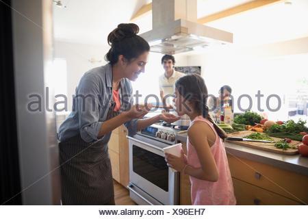 Mère Fille d'alimentation, la cuisson dans la cuisine Banque D'Images
