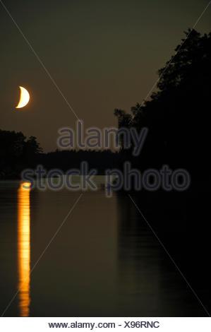 Une lune sur la surface de l'eau, la Suède. Banque D'Images